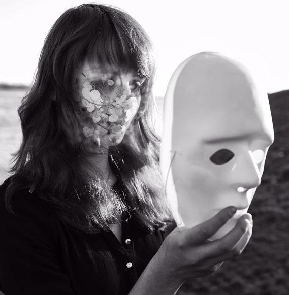 Creatifa, zwart-wit foto van Latifa met een masker voor haar hoofd.
